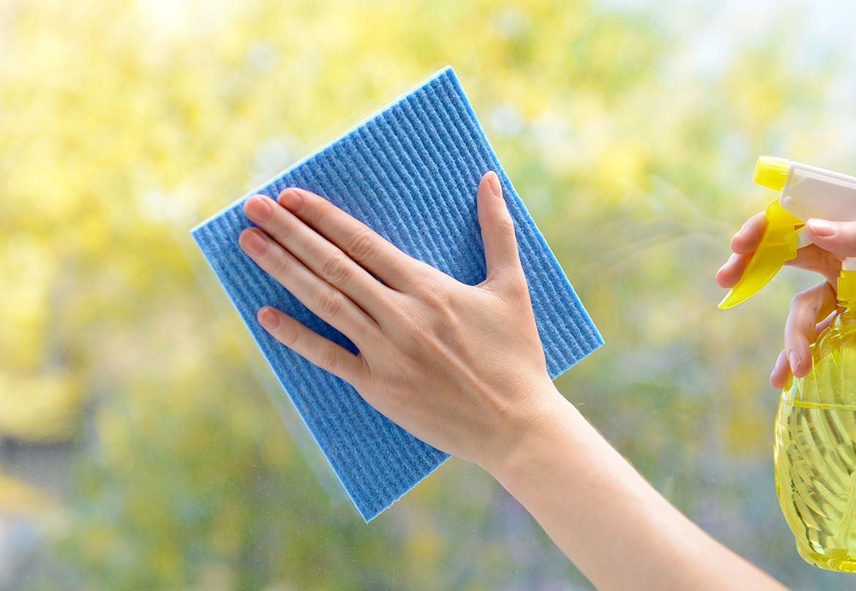 Pulire I Vetri Con Aceto come pulire i vetri senza lasciare aloni: consigli e trucchi