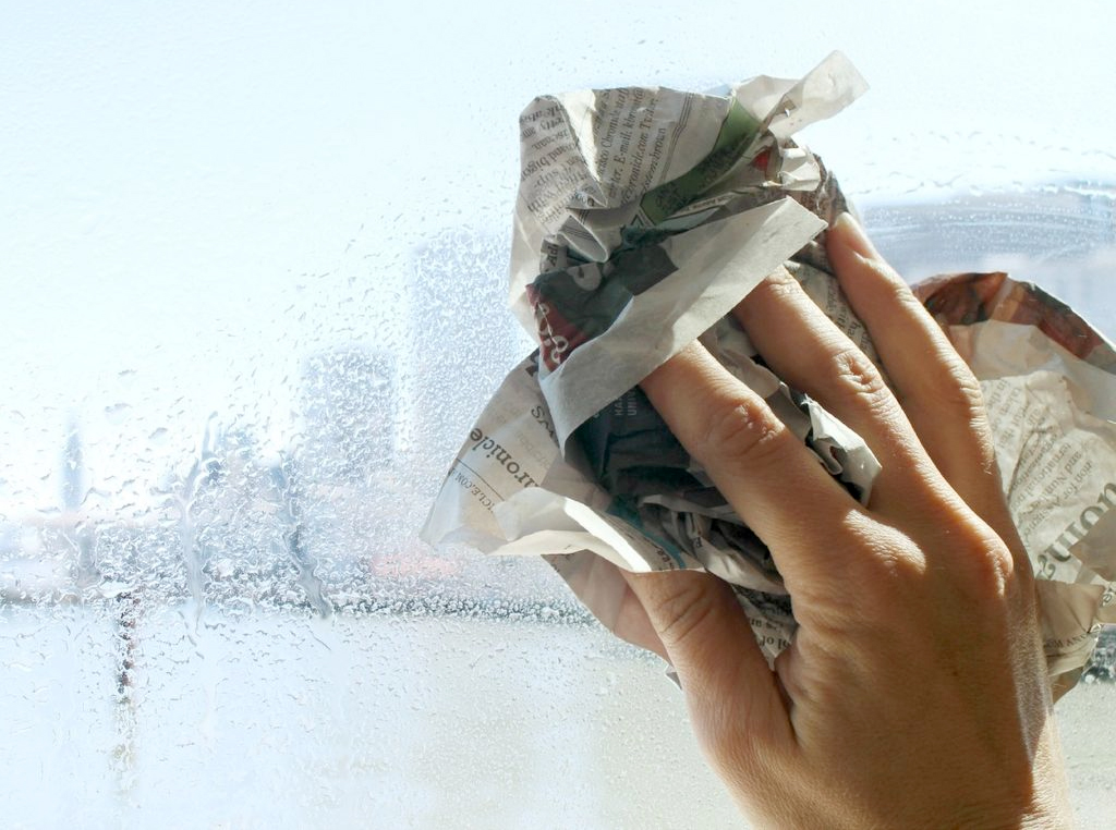 Pulizia vetri con giornale