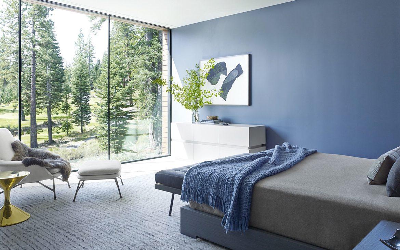 Camera da letto con parete blu troppo bravo for Divano blu colore pareti
