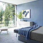 Camera da letto con parete blu