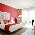 Camera da letto con parete rossa