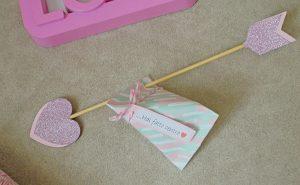 Freccia segnaposto san valentino tavolo idea