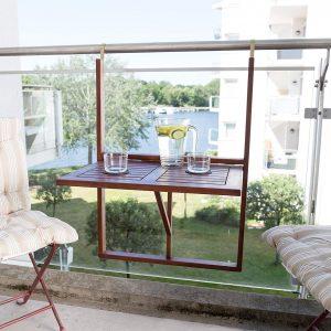 arredare balcone mobili tavolo ringhiera